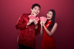 Aziatisch paar in cheongsamkostuum Stock Afbeelding