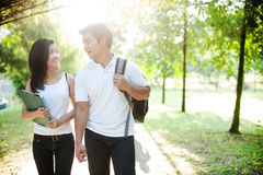 Aziatisch paar dat naar school gaat Stock Fotografie