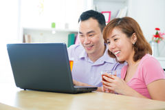 Aziatisch paar dat notitieboekje gebruikt Stock Fotografie