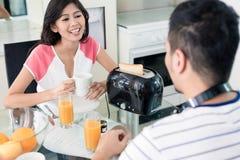 Aziatisch paar dat ontbijt heeft Stock Foto's