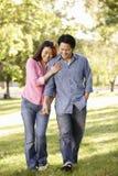 Aziatisch paar die hand in hand in park lopen Stock Foto's