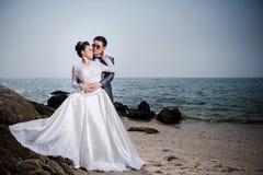 Aziatisch paar die huwelijkskleding en kostuum dragen royalty-vrije stock fotografie