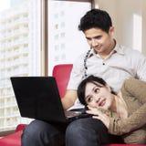 Aziatisch paar die Internet thuis 1 surfen Royalty-vrije Stock Foto