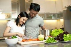 Aziatisch Paar in keuken het koken royalty-vrije stock foto