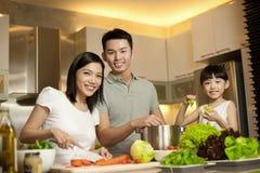 Aziatisch Paar met hun dochter in de keuken royalty-vrije stock foto