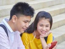 Aziatisch schoolkinderen, mannetje en wijfje royalty-vrije stock afbeelding