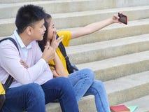 Aziatisch schoolkinderen, mannetje en wijfje royalty-vrije stock fotografie