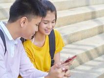 Aziatisch schoolkinderen, mannetje en wijfje royalty-vrije stock foto's