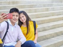 Aziatisch schoolkinderen, mannetje en wijfje stock foto