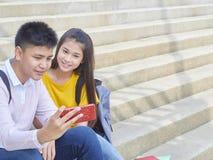 Aziatisch schoolkinderen, mannetje en wijfje stock afbeeldingen