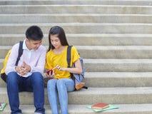 Aziatisch schoolkinderen, mannetje en wijfje stock foto's