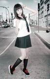 Aziatisch schoolmeisje in openlucht Stock Afbeelding