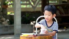 Aziatisch spelspel of stuk speelgoed alleen vreugdevol stock footage