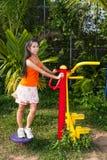 Aziatisch Thais Meisje met Oefeningsmachine in Openbaar Park royalty-vrije stock afbeelding