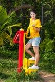 Aziatisch Thais Meisje met Oefeningsmachine in Openbaar Park stock foto's