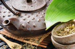 Aziatisch theestel met groen blad Stock Fotografie