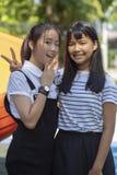 Aziatisch tiener twee het glimlachen gezicht en het opheffen van overwinningshand stock afbeeldingen