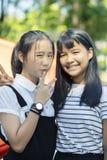 Aziatisch tiener twee het glimlachen gezicht en het opheffen van overwinningshand royalty-vrije stock afbeelding