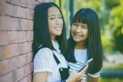 Aziatisch tiener twee toothy het glimlachen gezicht met gelukemotie ho stock fotografie