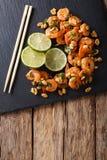 Aziatisch voedsel: sauteed garnalen met pinda's, kalk en greens close-up Royalty-vrije Stock Foto