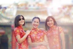 Aziatisch vrouw drie het glimlachen gezicht die zich tegen onduidelijk beeldachtergrond bevinden van Chinese thrine in Bangkok Th royalty-vrije stock afbeeldingen