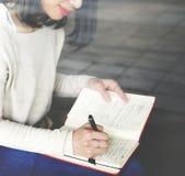 Aziatisch vrouw het schrijven nota'sconcept stock afbeelding