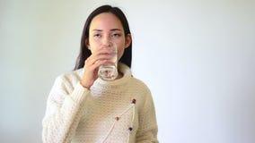 Aziatisch vrouwen drinkwater stock footage