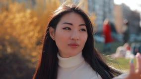 Aziatisch vrouwen leunend hoofd op hand stock footage
