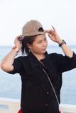 Aziatisch vrouwen zwart overhemd. Zij droeg een hoed Royalty-vrije Stock Fotografie