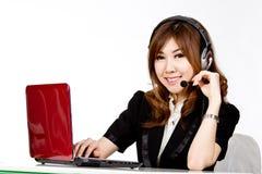 Aziatisch vrouwencall centre met telefoonhoofdtelefoon stock afbeeldingen