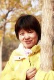 Aziatisch wijfje in de herfst Royalty-vrije Stock Foto
