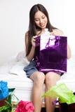 Aziatisch winkelend meisje Stock Foto