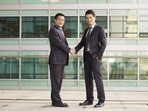 Aziatisch zakenlui stock afbeeldingen
