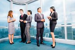 Aziatisch Zakenlui die in bureau samenkomen Royalty-vrije Stock Afbeelding