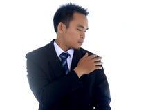 Aziatisch zakenman schoonmakend die jasje met hand op een witte achtergrond wordt geïsoleerd Royalty-vrije Stock Foto