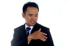 Aziatisch zakenman schoonmakend die jasje met hand op een witte achtergrond wordt geïsoleerd Royalty-vrije Stock Foto's