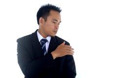 Aziatisch zakenman schoonmakend die jasje met hand op een witte achtergrond wordt geïsoleerd Stock Afbeelding