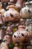 Aziatische aardewerkklokken die aan toeristen worden verkocht Royalty-vrije Stock Foto