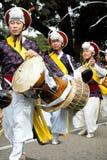 Aziatische actoren met trommels. Carnaval. stock afbeelding