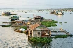 Aziatische aquicultuur, de rivier van La Nga, drijvend huis stock afbeelding