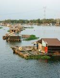 Aziatische aquicultuur, de rivier van La Nga, drijvend huis royalty-vrije stock afbeelding