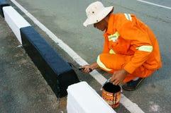 Aziatische arbeider die, de straat van de verkeersverf werken Stock Foto