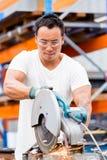 Aziatische arbeider in productie-installatie op de fabrieksvloer stock fotografie