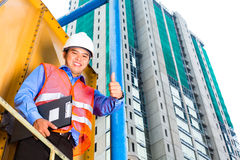 Aziatische arbeider of supervisor op bouwterrein Stock Foto's