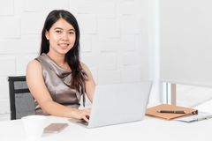 Aziatische architect op bouwwerfkantoor stock foto's