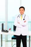 Aziatische arts in bureau of medische chirurgie Royalty-vrije Stock Foto
