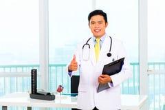 Aziatische arts in bureau of medische chirurgie Royalty-vrije Stock Fotografie
