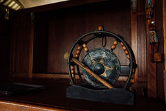 Aziatische authentieke gong Oude slaginstrumentgong De Aziatische zwarte van de gongtrommel op een donkere houten achtergrond Stock Afbeelding