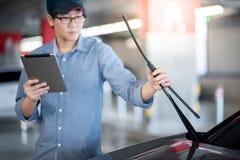 Aziatische auto mechanische het controleren ruitewisser royalty-vrije stock fotografie