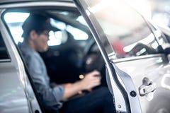 Aziatische auto mechanische zitting binnen van de auto stock afbeelding